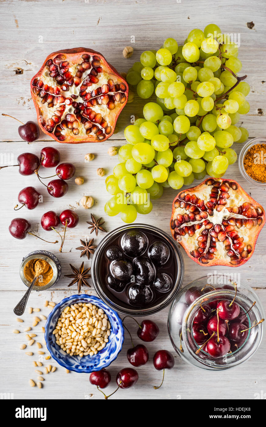 Diferentes frutas y especias en la mesa de madera blanca. Concepto de frutas orientales vista superior Imagen De Stock