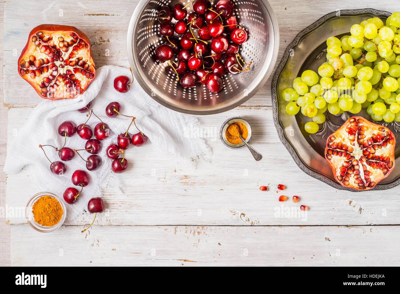 Diferentes frutas y especias en la mesa de madera blanca. Concepto de frutas orientales horizontal Imagen De Stock