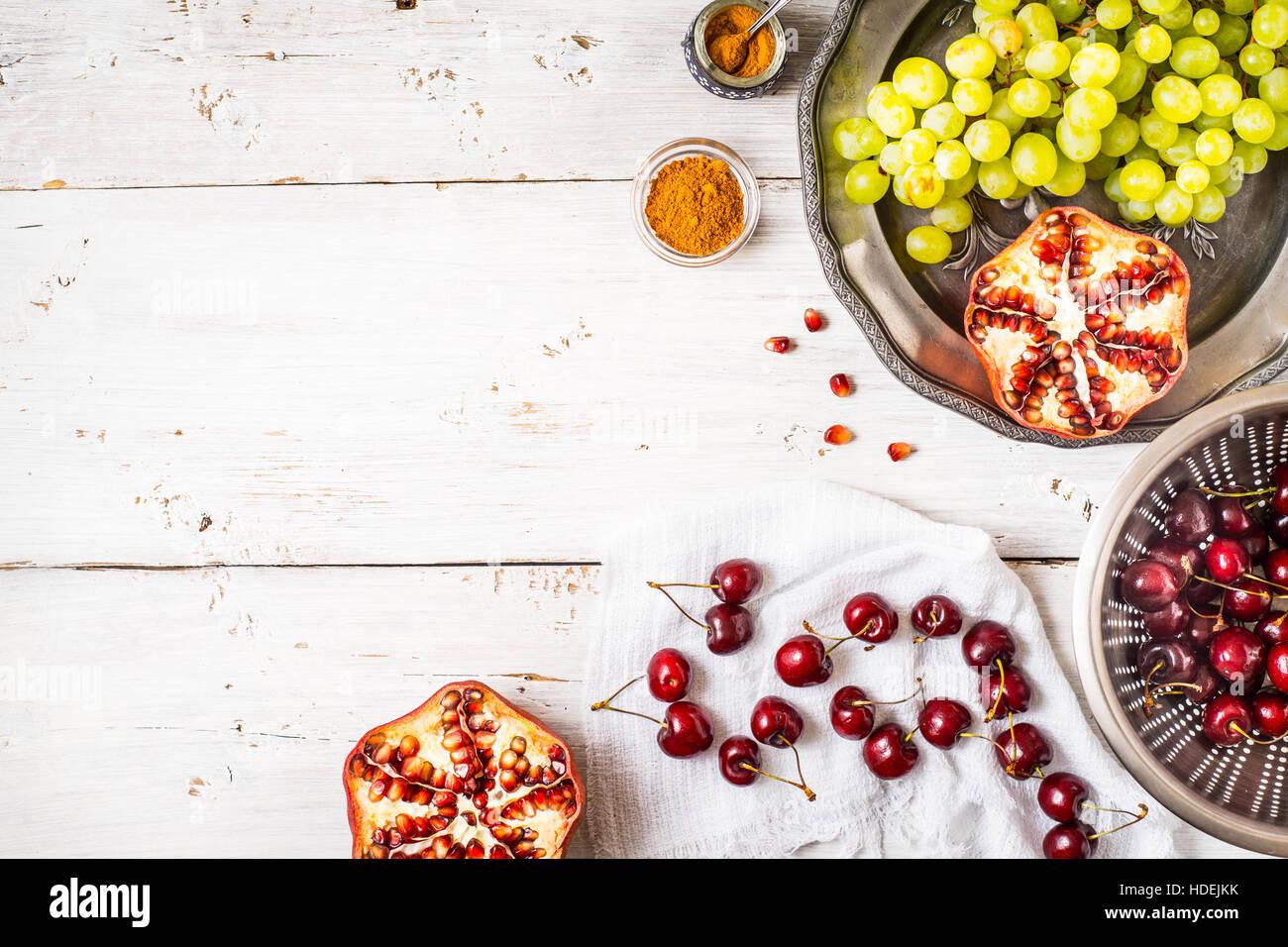 Diferentes frutas y especias en la mesa de madera blanca. Concepto de frutas orientales Imagen De Stock