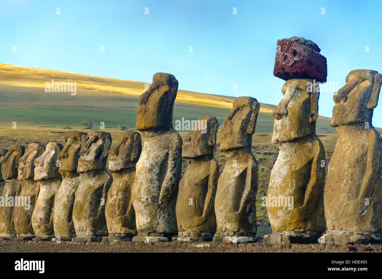 Primer plano de una fila de Moai en Ahu Tongariki en la Isla de Pascua en Chile Imagen De Stock
