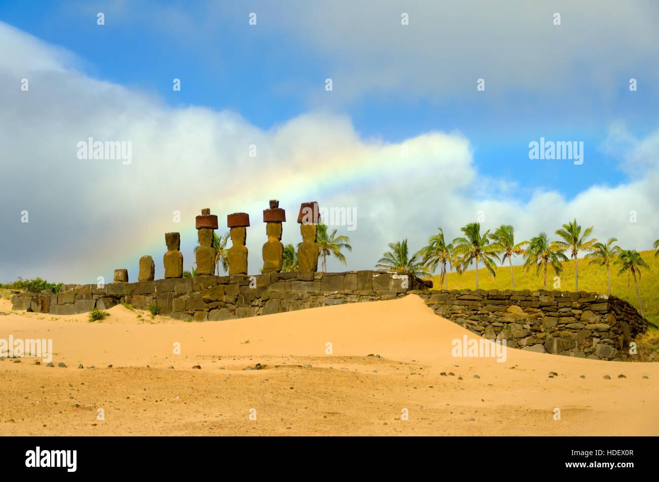 Arco iris sobre el moai en la playa de Anakena en la Isla de Pascua, Chile Imagen De Stock