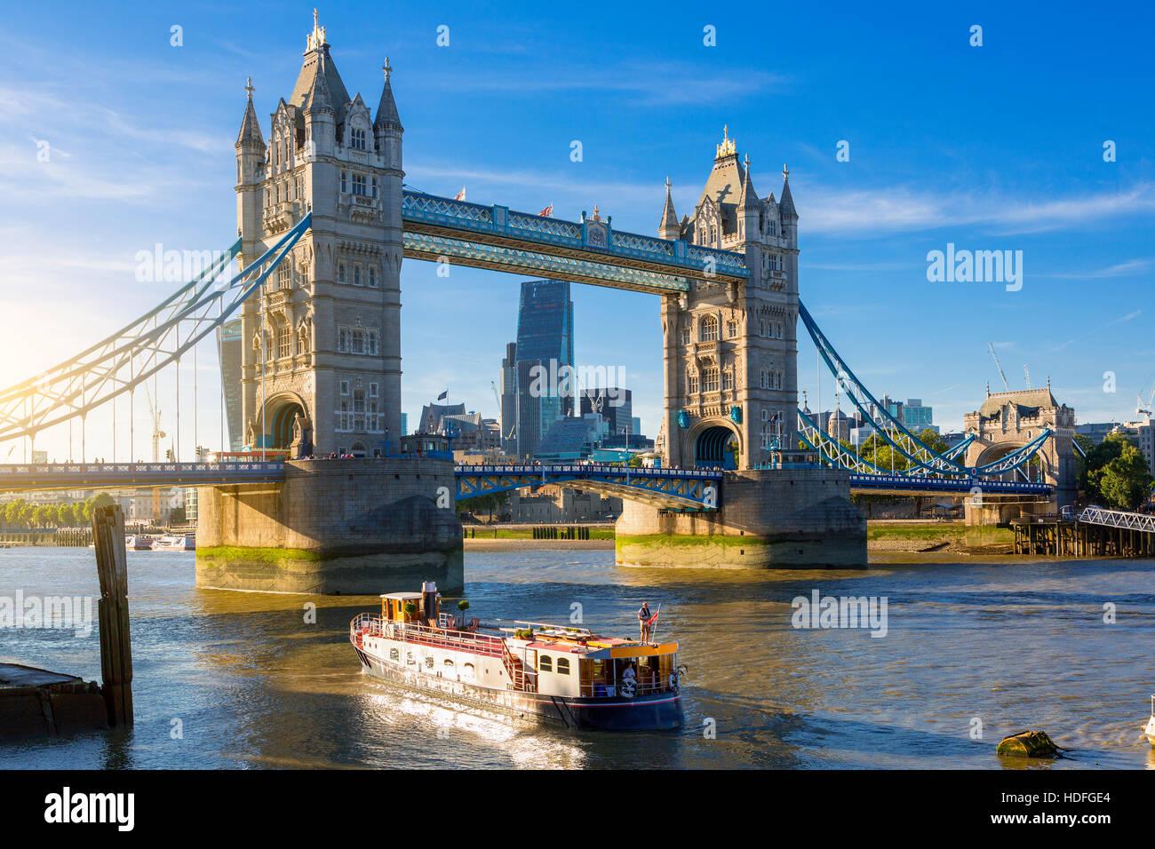 El distrito financiero de Londres y el Tower Bridge Foto de stock