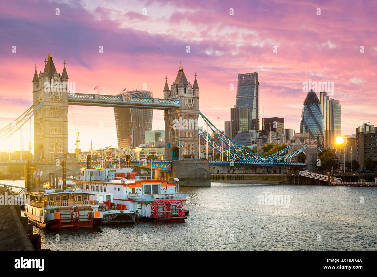 El distrito financiero de Londres y el Tower Bridge al atardecer Foto de stock