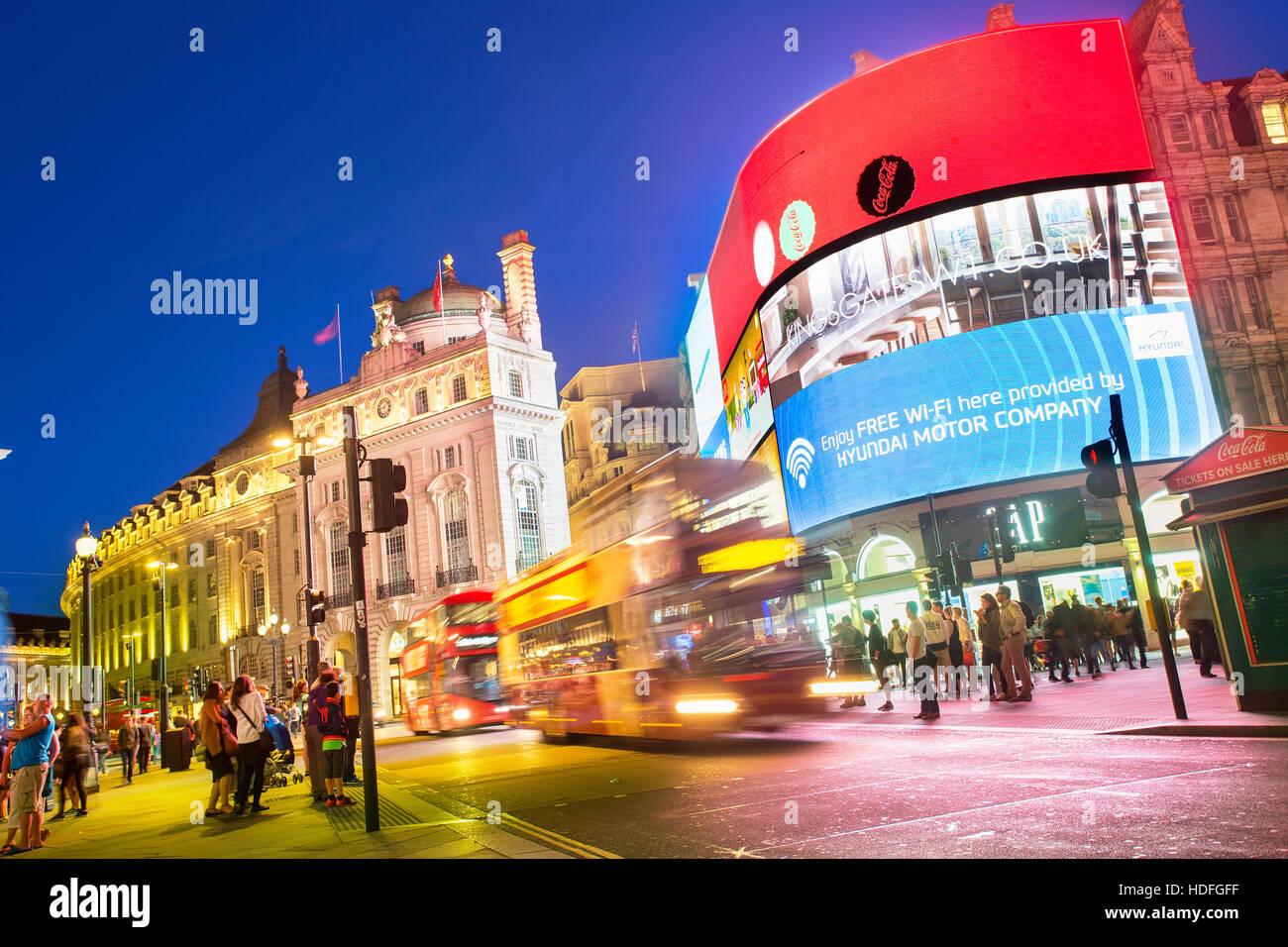 Londres - Piccadilly Circus junction abarrotados de gente en Londres, Reino Unido. Es un cruce de caminos y espacios públicos de Londres. Foto de stock