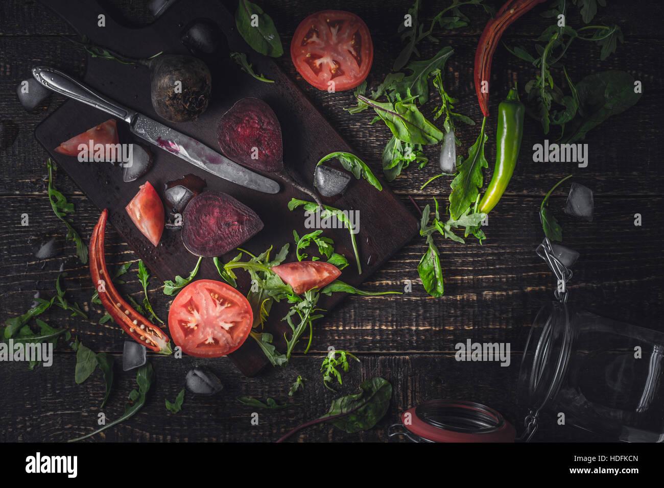 Ingredientes para el batido de vegetales sobre la mesa de madera antigua Foto de stock