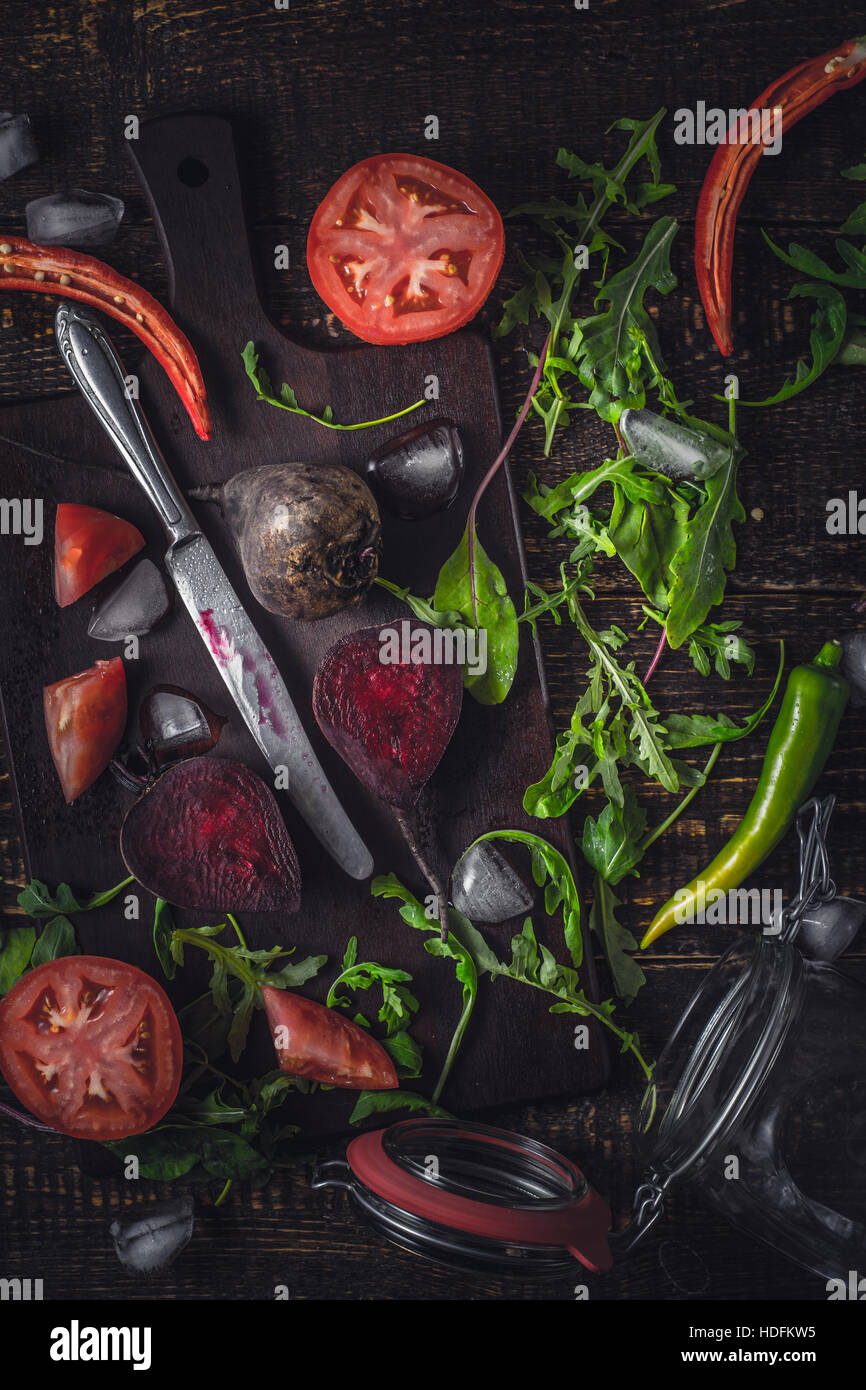Ingredientes para el batido de vegetales sobre la mesa de madera antigua vista superior vertical Foto de stock