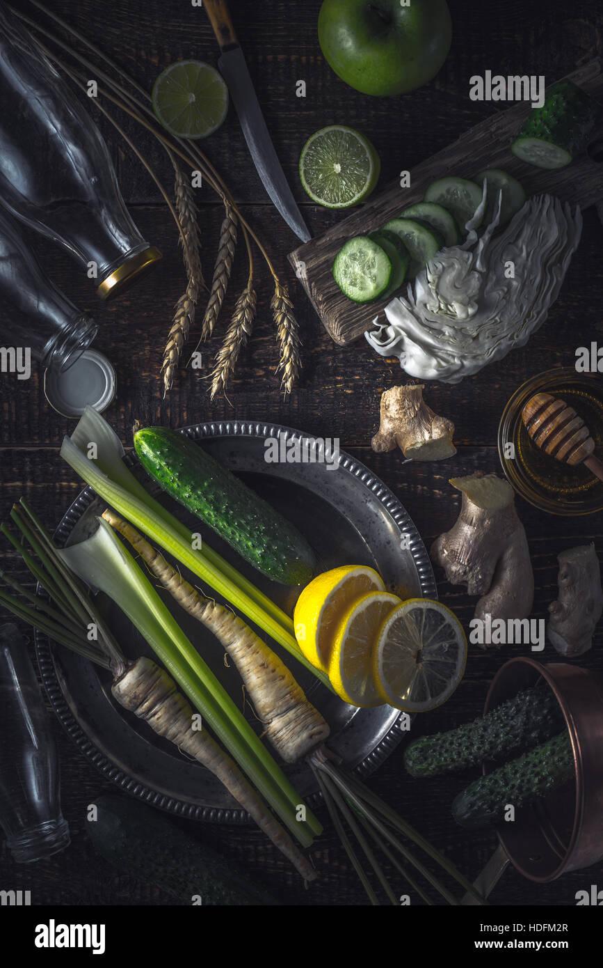 Ingredientes para el batido en la vertical de la mesa de madera Imagen De Stock