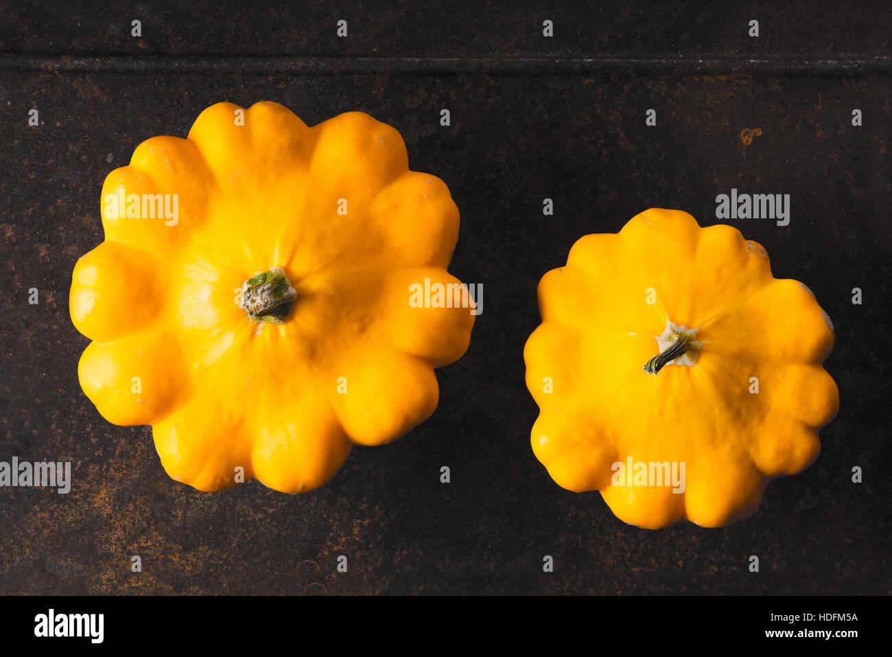 Amarillo pattypan fresca calabaza en el metal oxidado horizontal de fondo Imagen De Stock