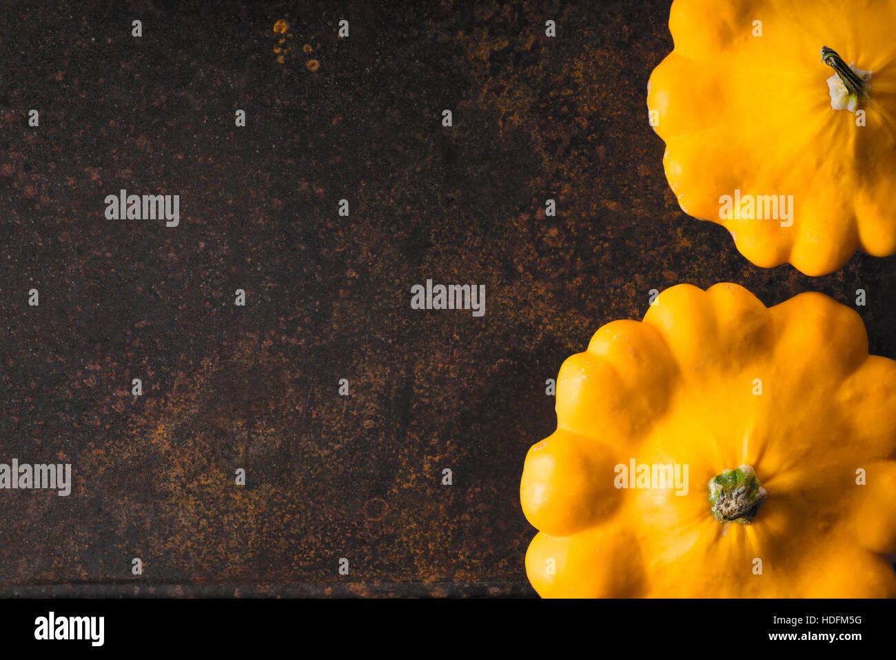 Squash pattypan fresco de color amarillo en la parte derecha del metal oxidado horizontal de fondo Imagen De Stock