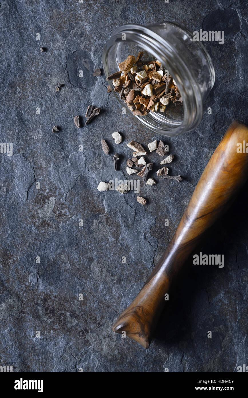 Mezcla de especias en la piedra vertical de fondo Imagen De Stock