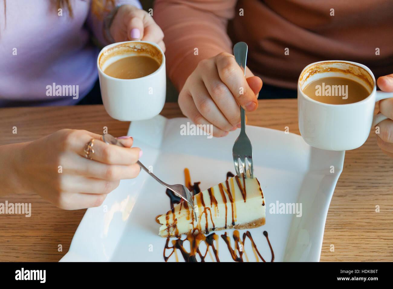 Manos de hombre y mujer en el café Foto de stock