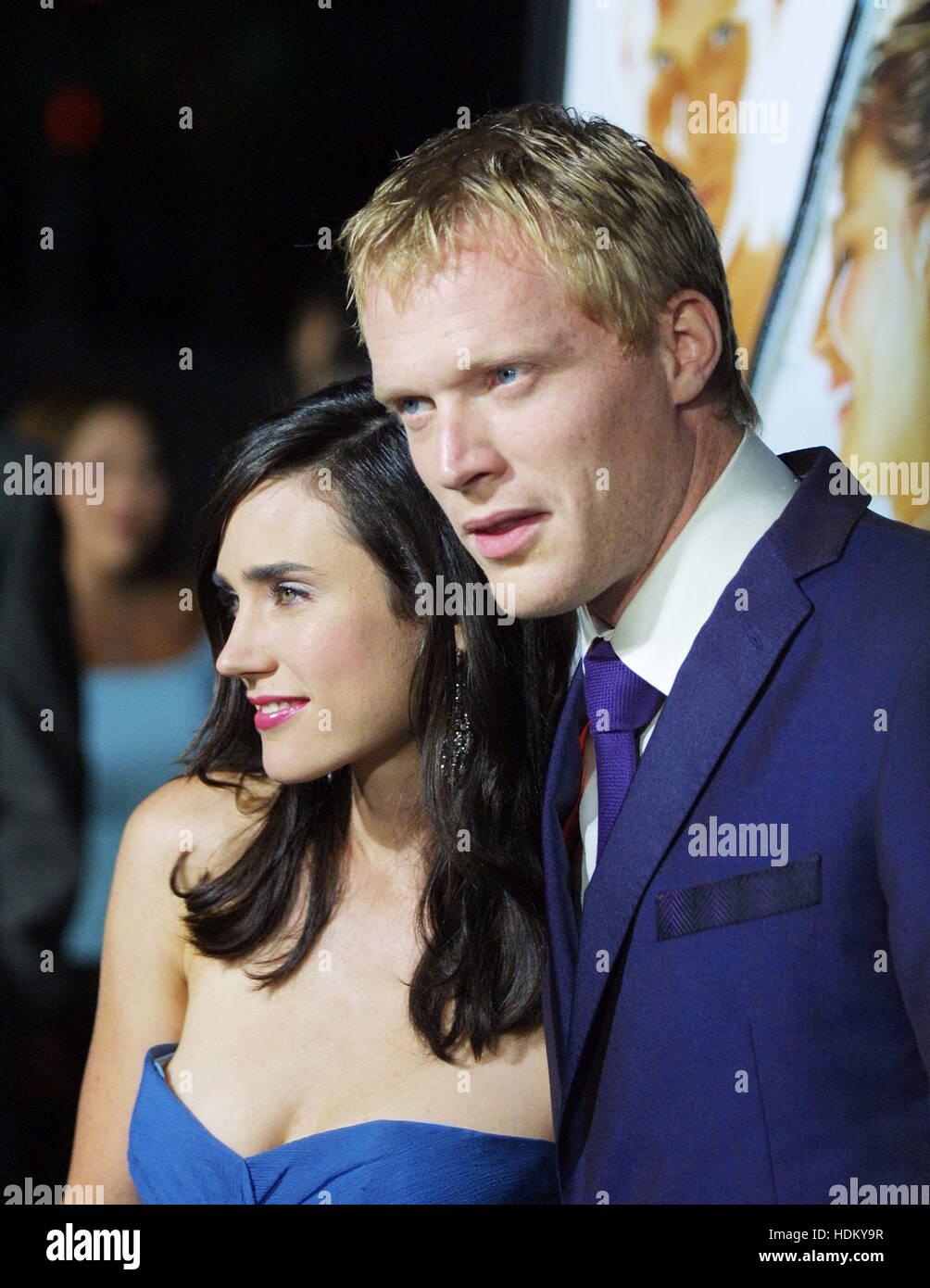 Paul Bettany y su esposa, Jennifer Connelly, en el estreno de 'Wimbledon' en Beverly Hills el 13 de septiembre Imagen De Stock