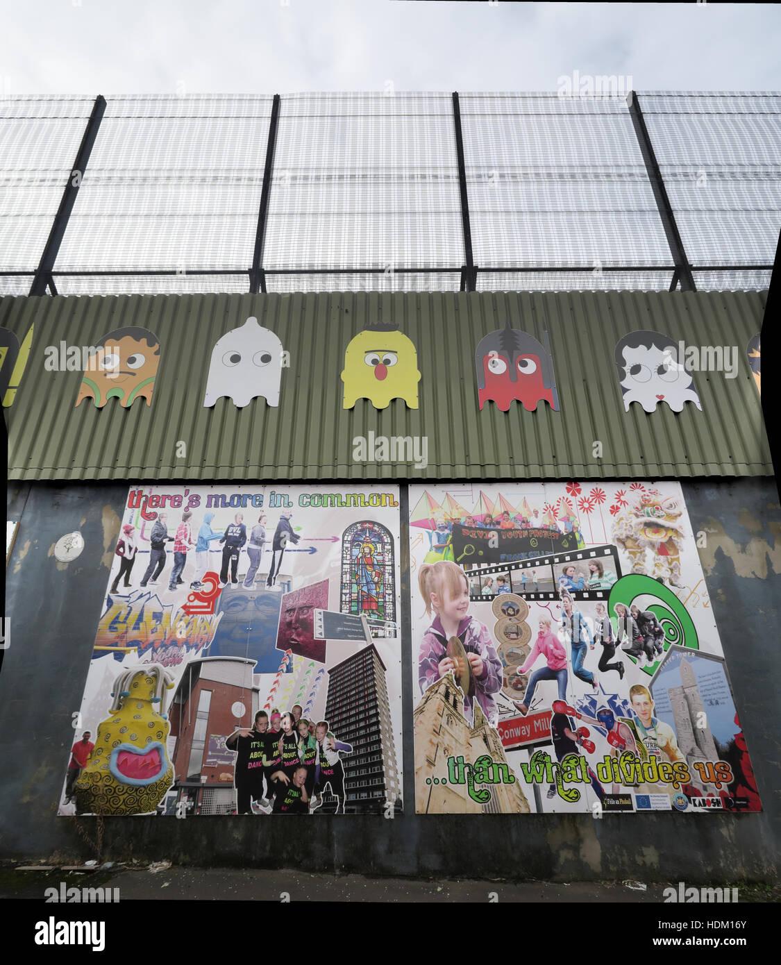 Tenemos más en común... La paz internacional de Belfast pared,Cupar forma,West Belfast,NI,UK Imagen De Stock