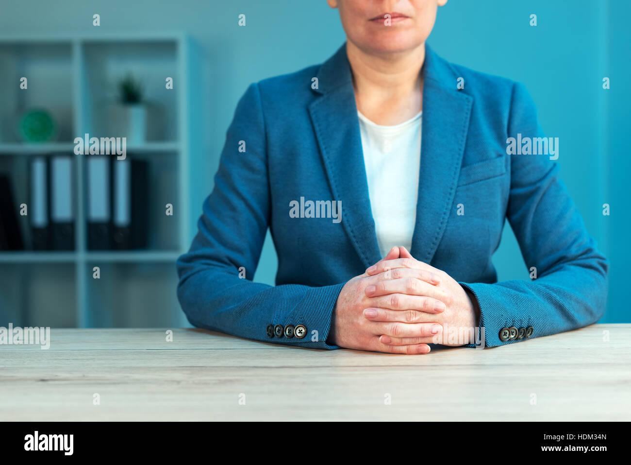 Habilidades de negociación comercial con ejecutivo femenino sentado en la oficina con confiada pose y manos Imagen De Stock