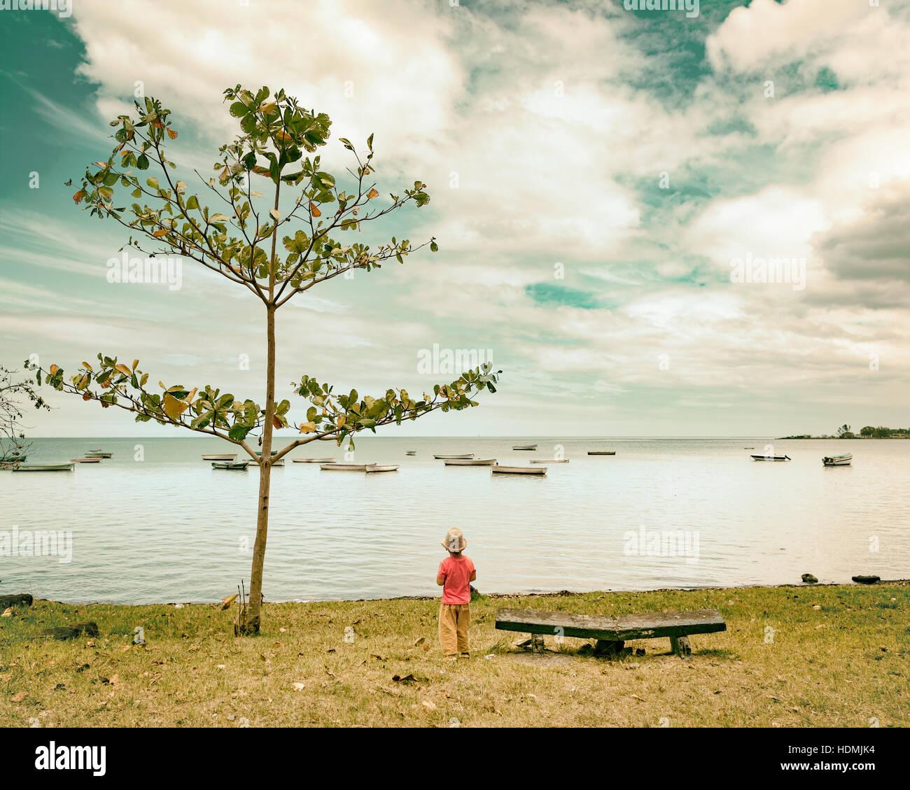 Vista trasera de un niño en el mar. Mauricio Imagen De Stock