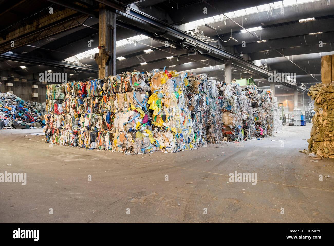Ordenados y balas, reciclaje de basura Imagen De Stock