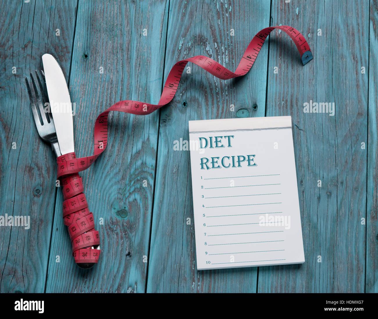 Plan de dieta, menú o programa, cinta métrica, sobre fondo azul de alimentos de dieta, pérdida de Imagen De Stock