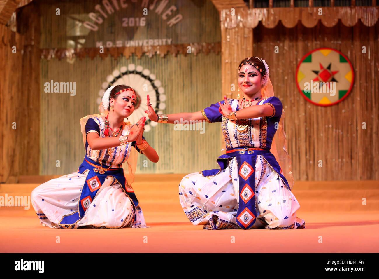 Bailarines tradicionales de Assam realizar Sattriya danza. Festival tribal en Ajmer, Rajasthan, India Foto de stock
