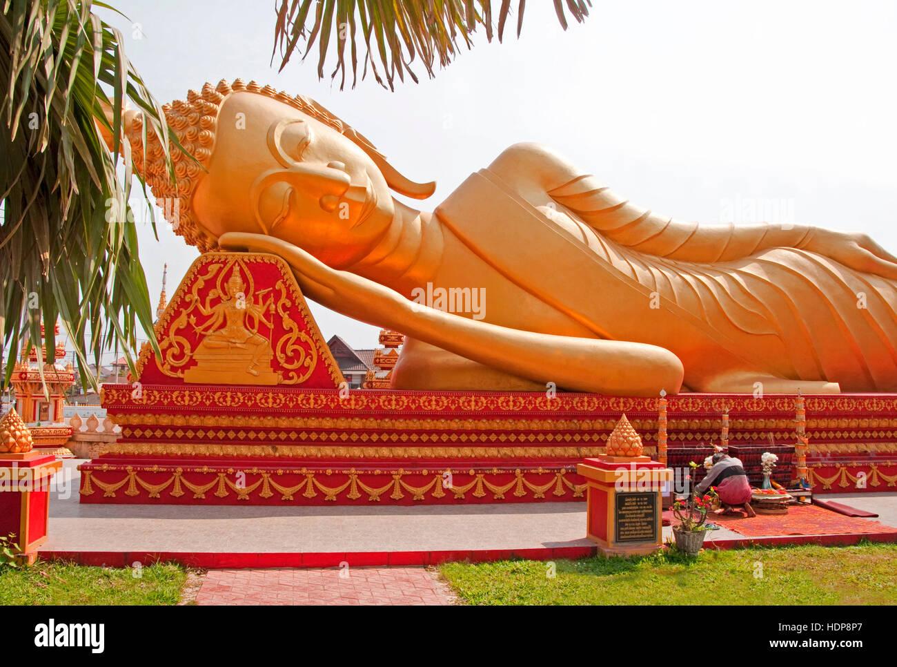 Golden Buda reclinado en Vientiane. Imagen De Stock