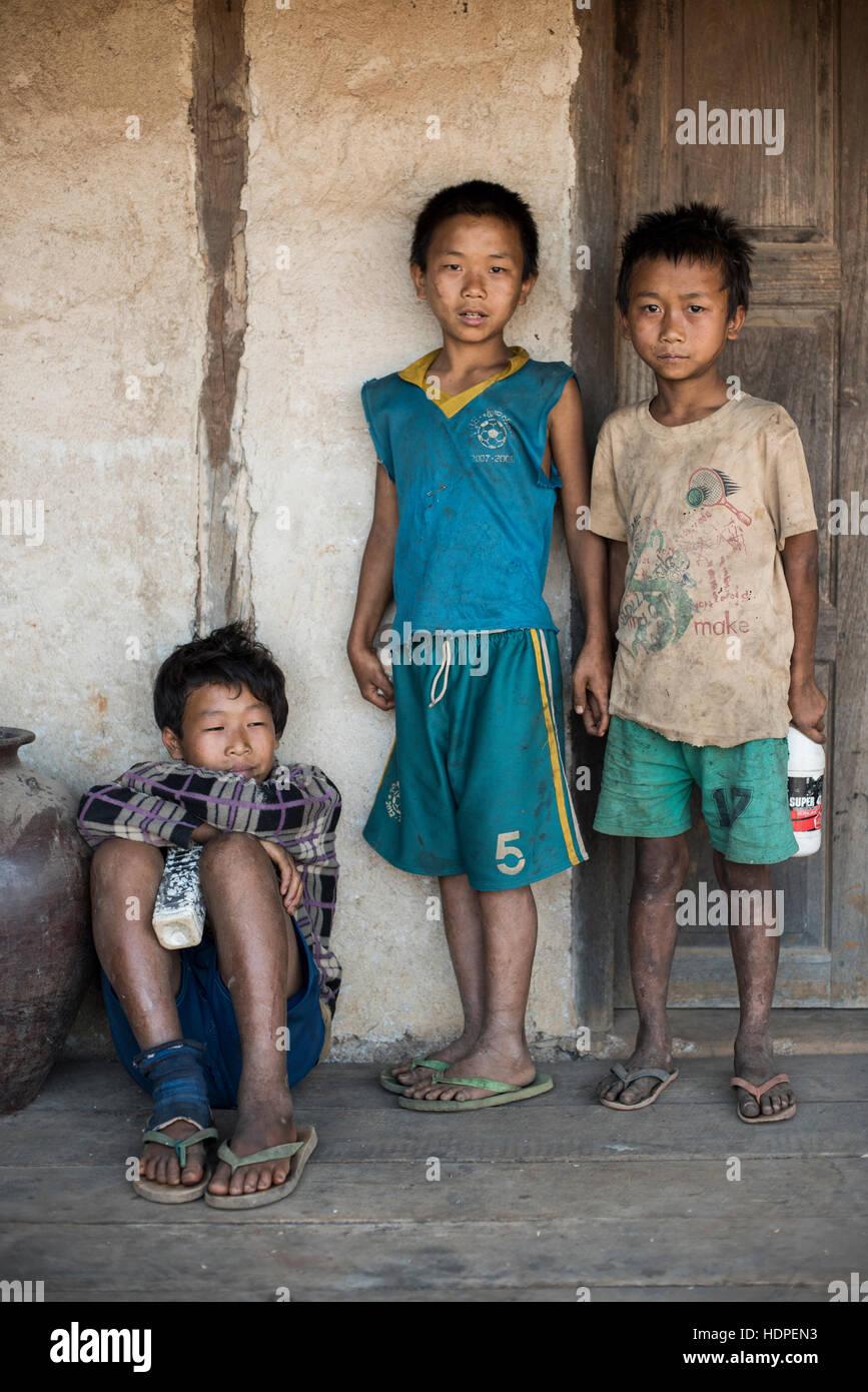 Tres niños birmanos en el estado de Kayah, en Myanmar. Imagen De Stock
