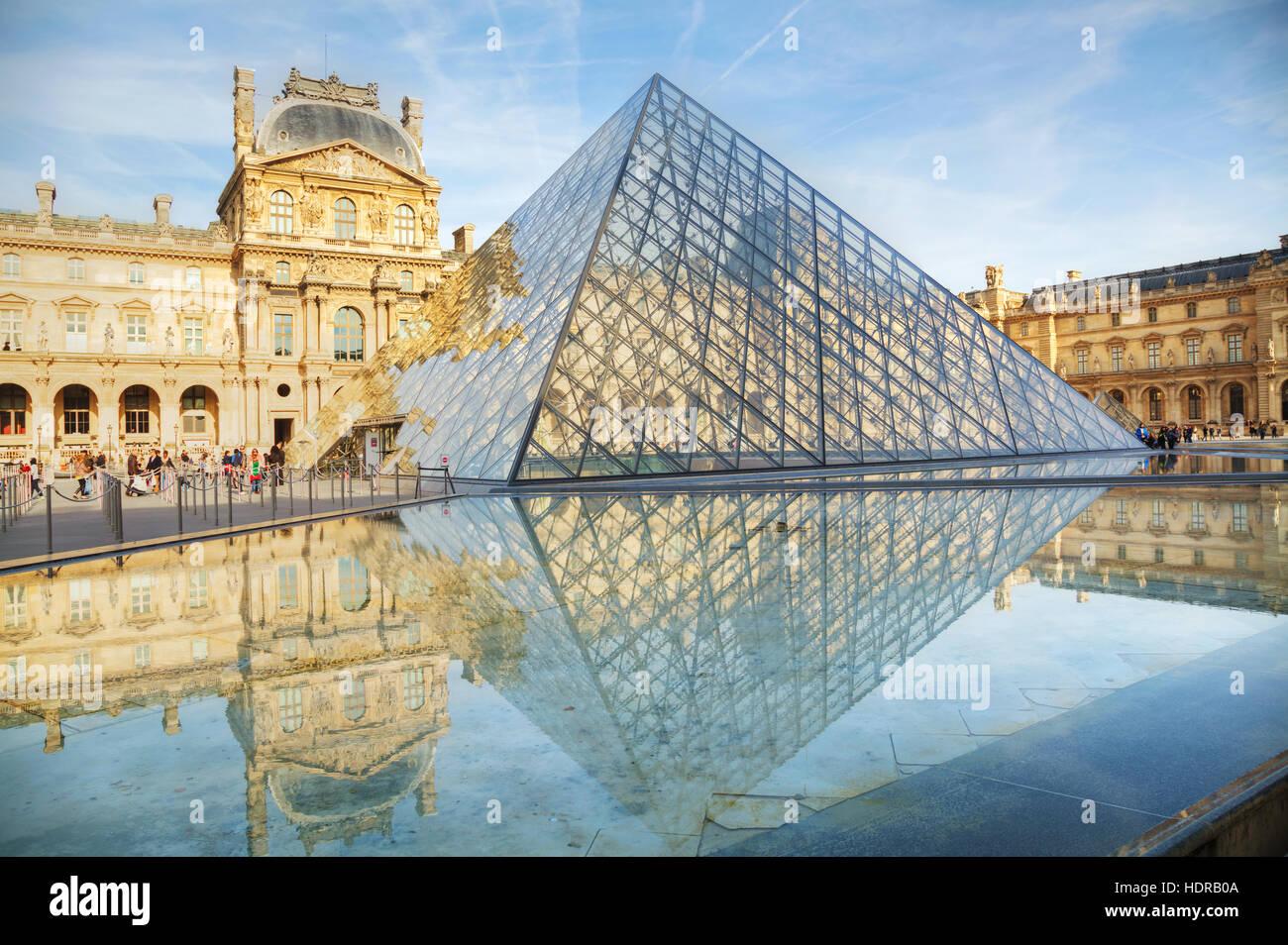 PARIS - 1 de noviembre: La Pirámide del Louvre el 1 de noviembre de 2014 en París, Francia. Sirve como la entrada principal al Museo del Louvre. Completado en 1989 Foto de stock