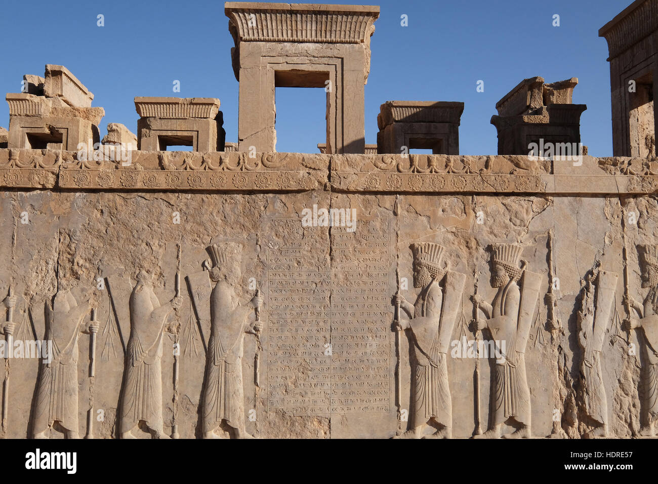 Tallados en una pared en la antigua ciudad de Persépolis, provincia de Fars, Irán Foto de stock