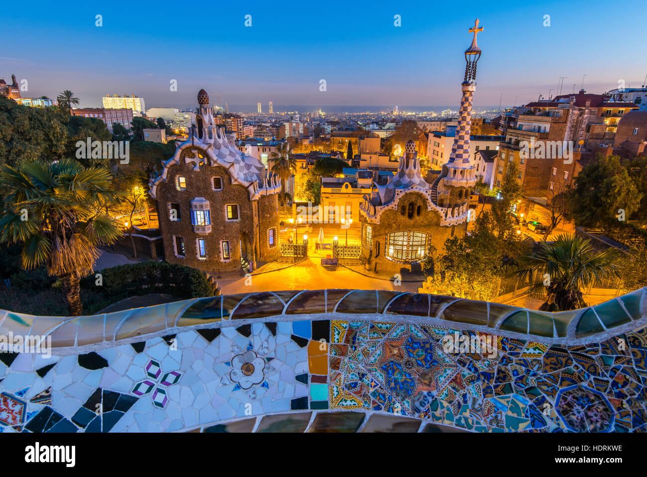 Vista nocturna del Parque Guell con vistas al horizonte de la ciudad detrás, Barcelona, Cataluña, España Imagen De Stock