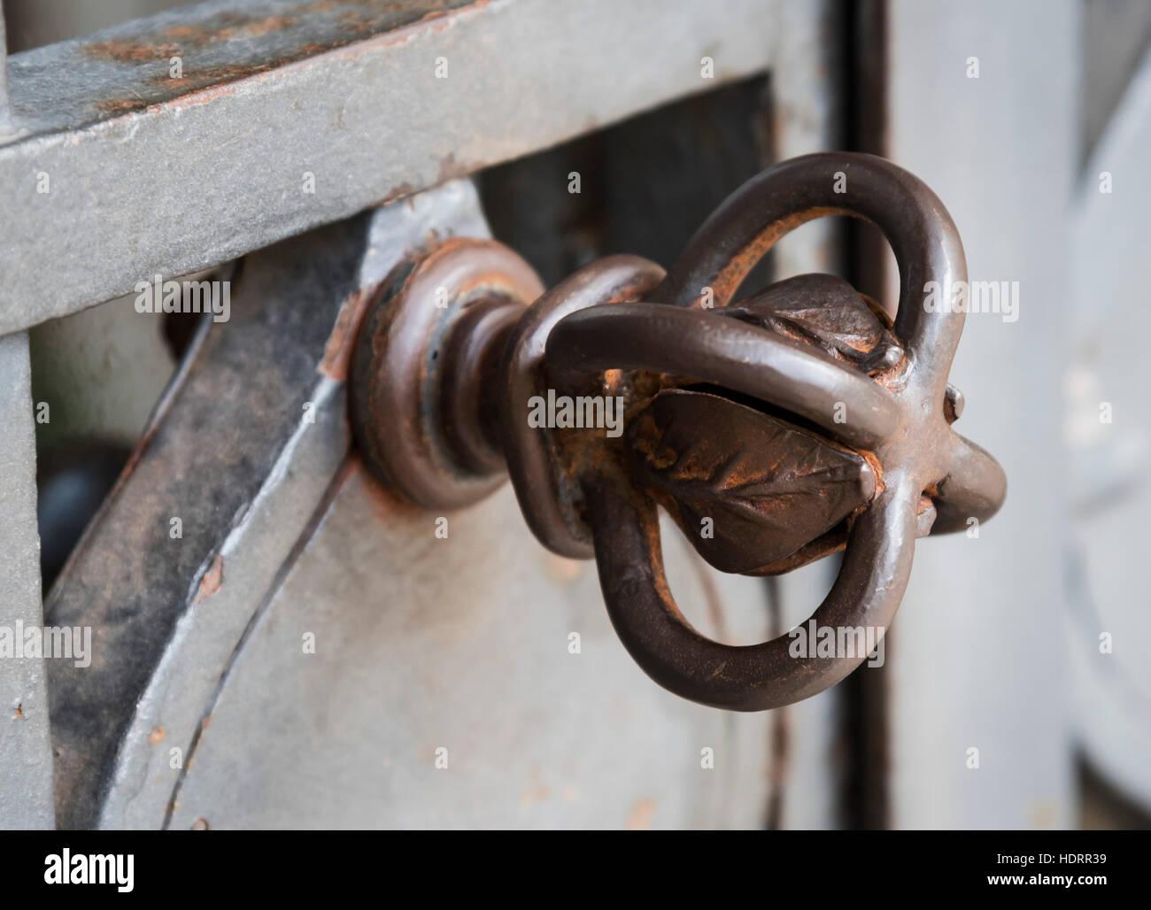 La peculiar empuñadura de puerta de metal ornamentado, abadía de Montecassino, de Cassino, Italia, Europa Imagen De Stock