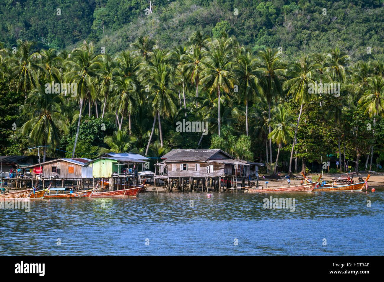 Tradicional pueblo de pescadores en la isla de Koh Muk, Tailandia Foto de stock