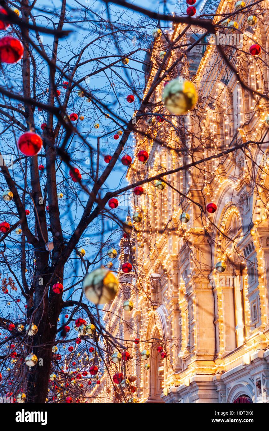 Adornos de Navidad en frente de la fachada iluminada de los grandes almacenes GUM en la Plaza Roja en Moscú, Imagen De Stock