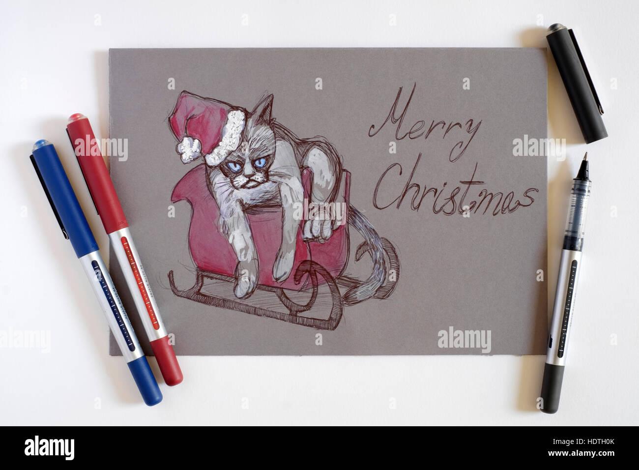 Una tarjeta de Navidad personalizada dibujada a mano representando a un gato en santa claus traje con lápices de Foto de stock