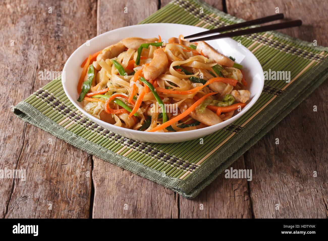 Chow Mein con pollo y verduras en la mesa horizontal. Foto de stock