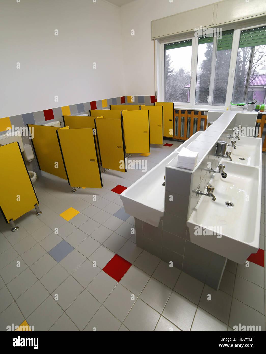 Amplio cuarto de baño para los niños en la guardería sin gente Foto ...