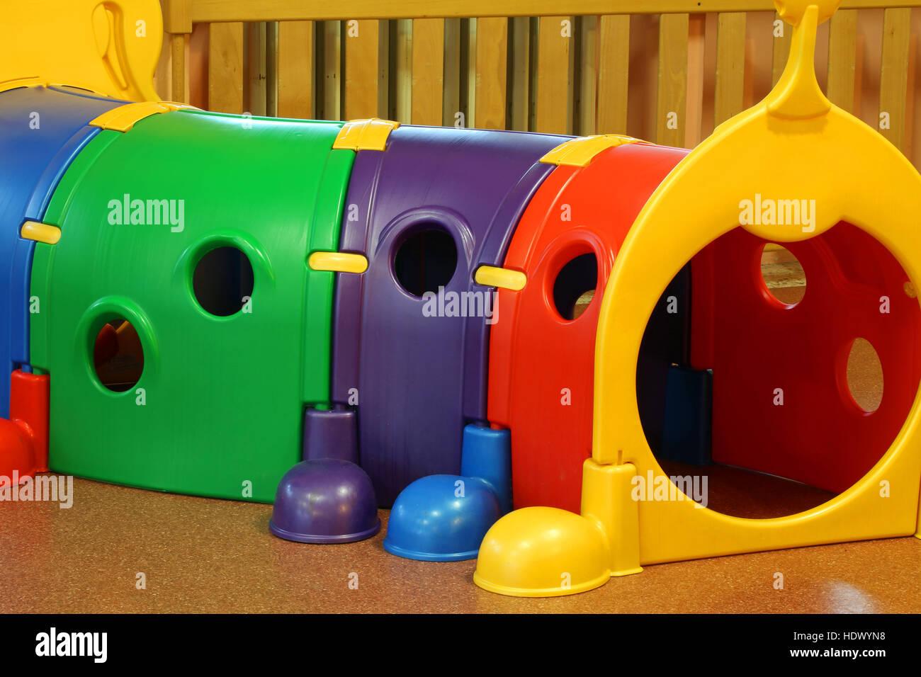 Salón de jardín de infantes con grandes túneles plásticos juego para ...