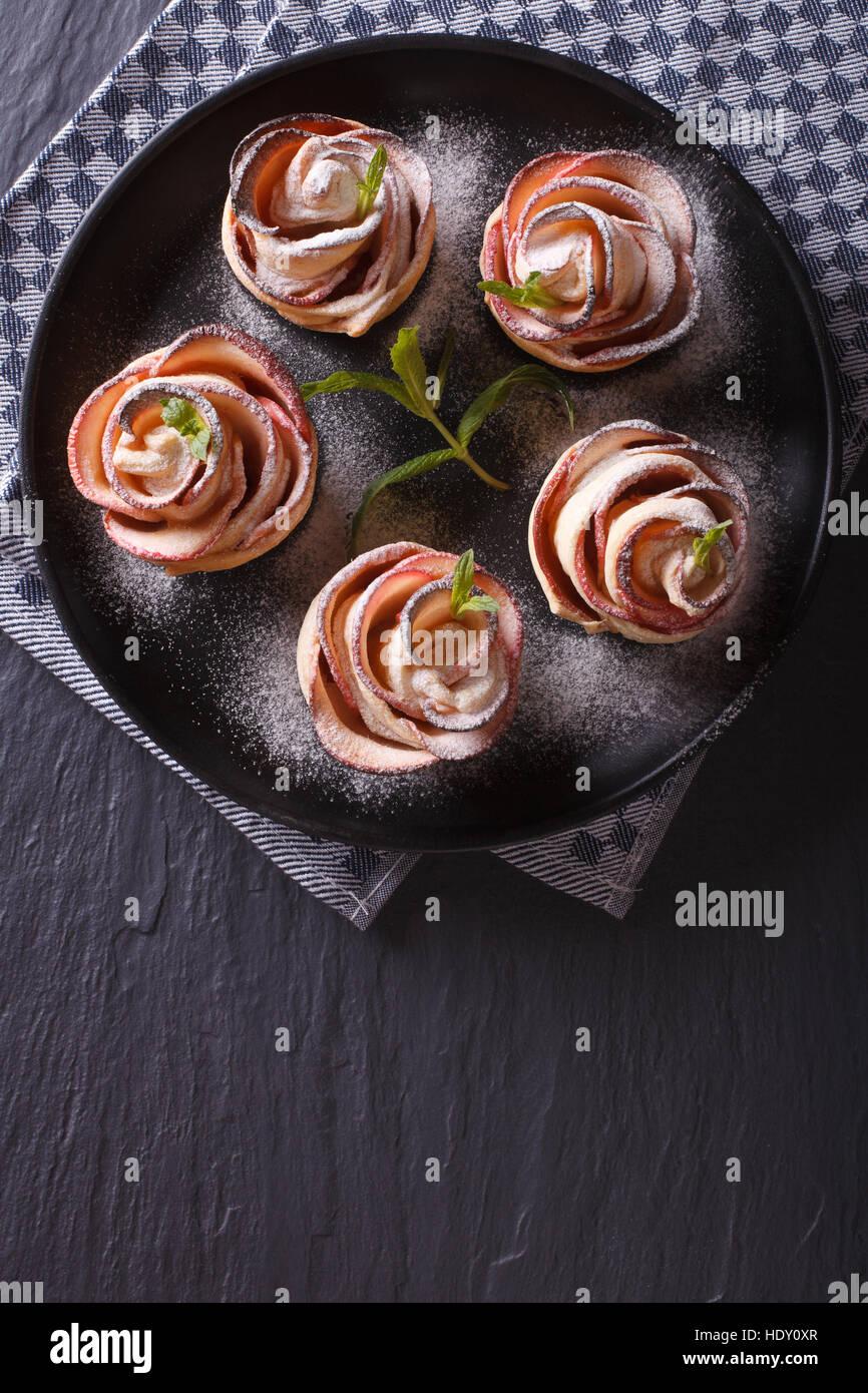 Una comida hermosa: Postre de manzana en forma de vista superior vertical de rosas. Foto de stock