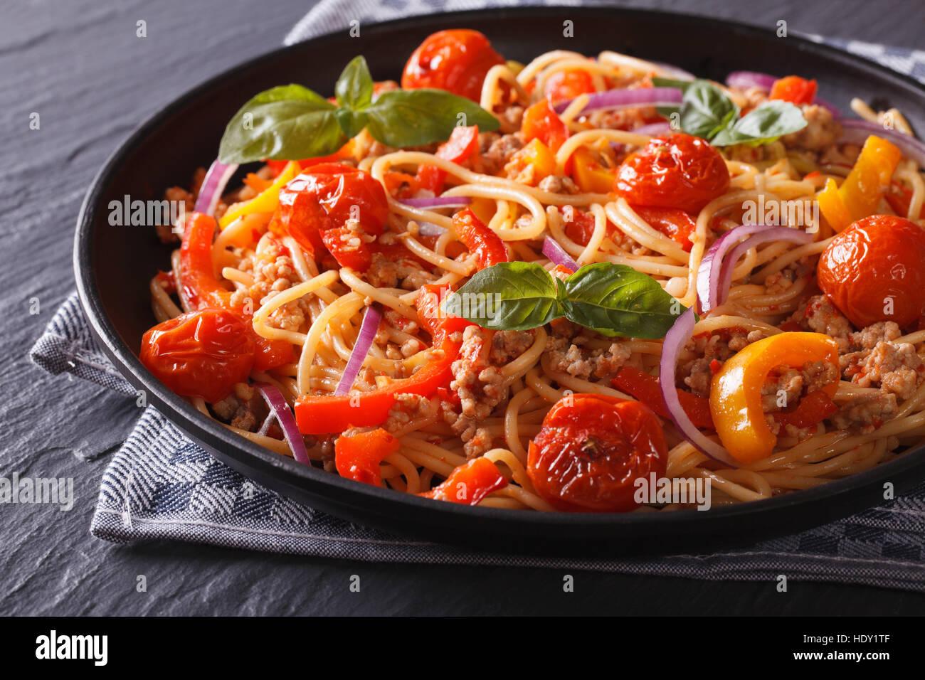 Comida italiana: pasta con carne picada y verduras horizontal cerca. Imagen De Stock