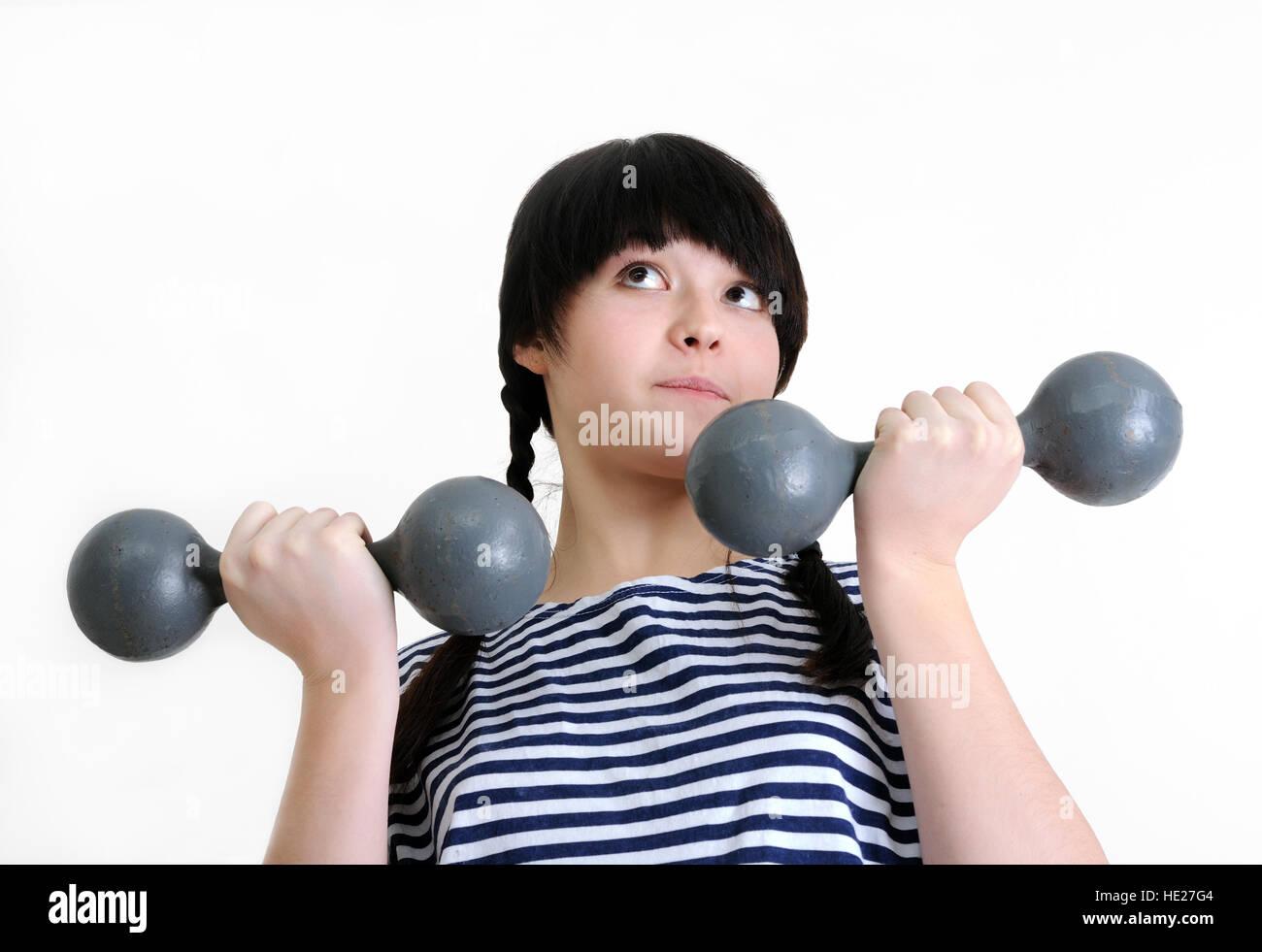 Mujer joven hacer ejercicio con dos viejas pesas Imagen De Stock