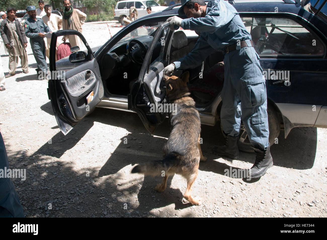 100605-F-1020B-010 Kabul - Enaya Tullah, un oficial de la policía nacional afgana, y su perro de trabajo militar inspeccionar un vehículo en el punto de control 4, uno de los topes de seguridad del interior de la ciudad, 5 de junio de 2010. Los 25 puestos de control alrededor de la sección central de Kabul, conocido como el anillo de acero, son parte de una nueva medida de seguridad del perímetro de la ciudad capital. El Sargento. Sarah Brown/) Foto de stock