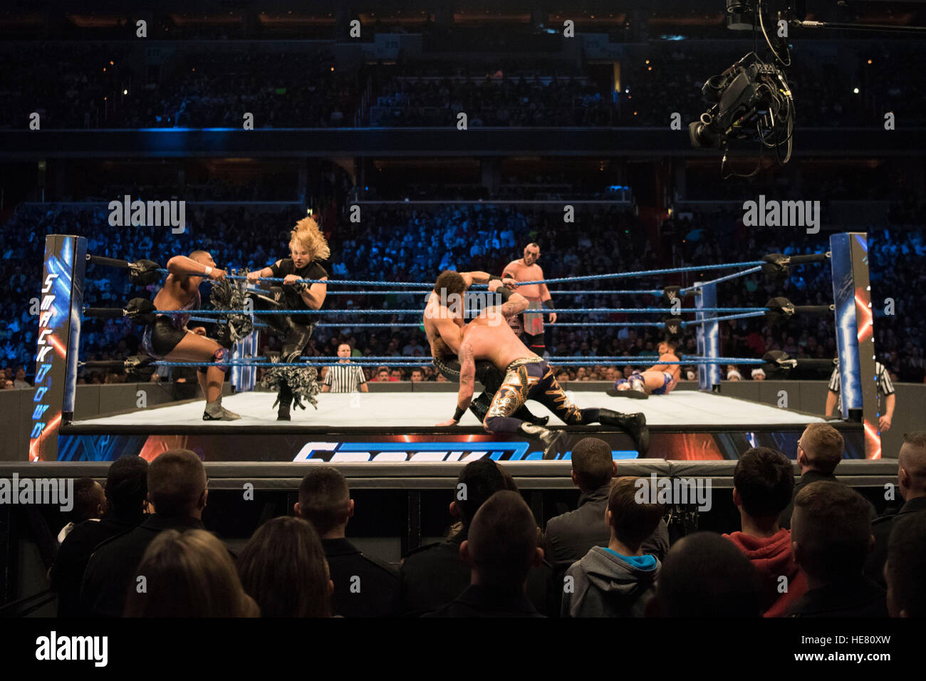 Los artistas intérpretes o ejecutantes WWE participar en un combate de lucha libre en la 14ª tributo anual Imagen De Stock