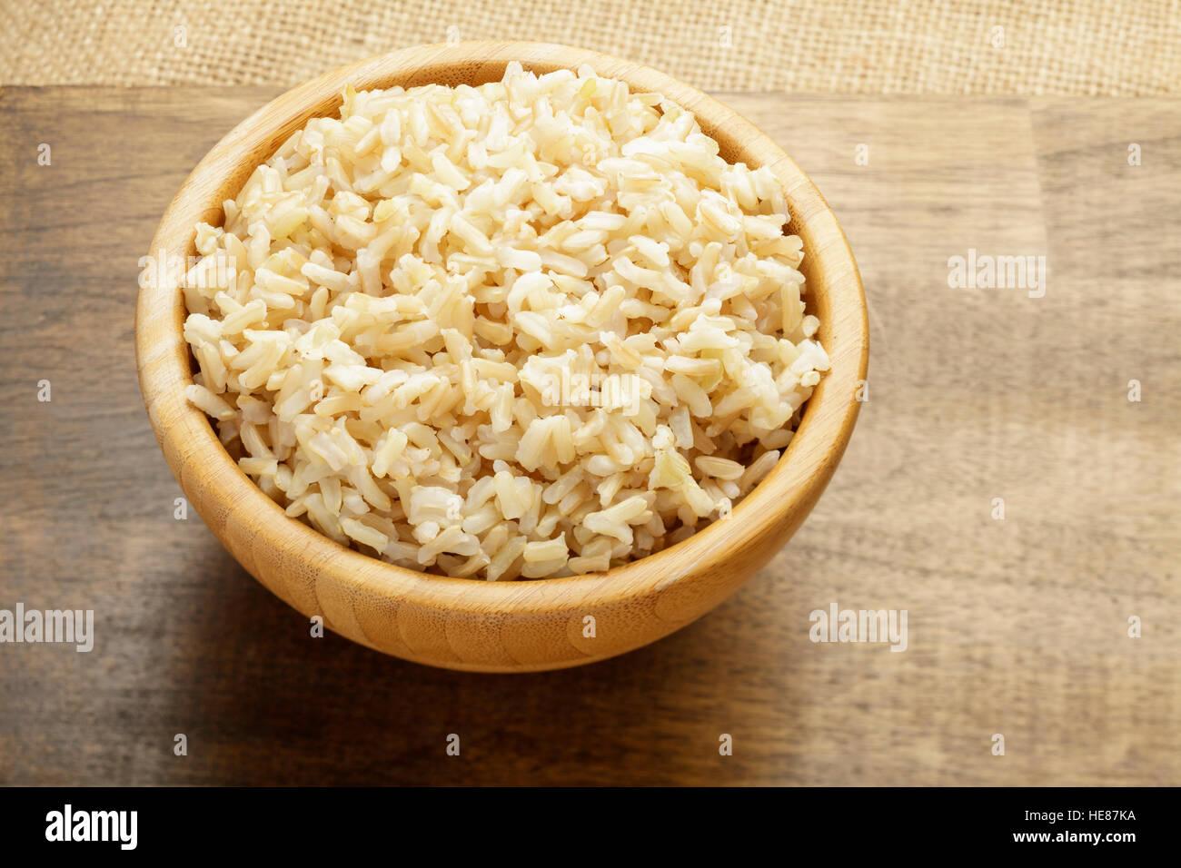 El arroz en el recipiente de madera, cocinados Imagen De Stock