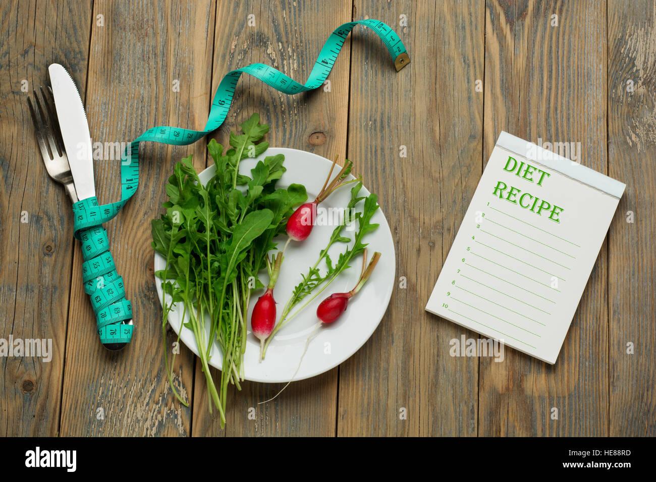 Plan de dieta, menú o programa, cinta métrica, alimento de la dieta en la placa blanca, pérdida de Imagen De Stock