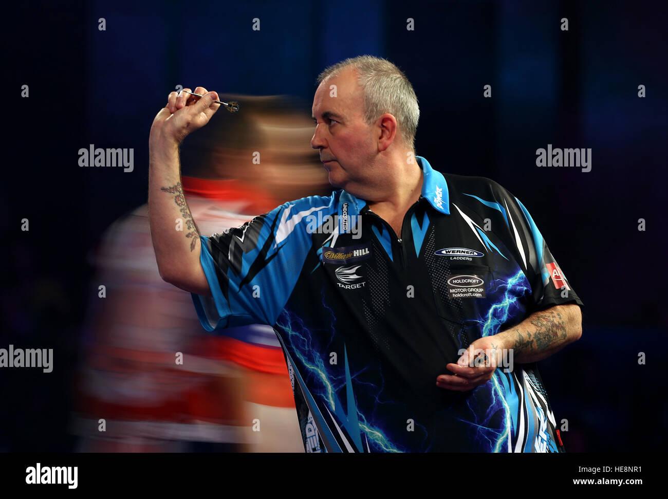 Phil Taylor en acción durante el día 4 del Campeonato del Mundo de Dardos de William Hill en el Alexandra Imagen De Stock