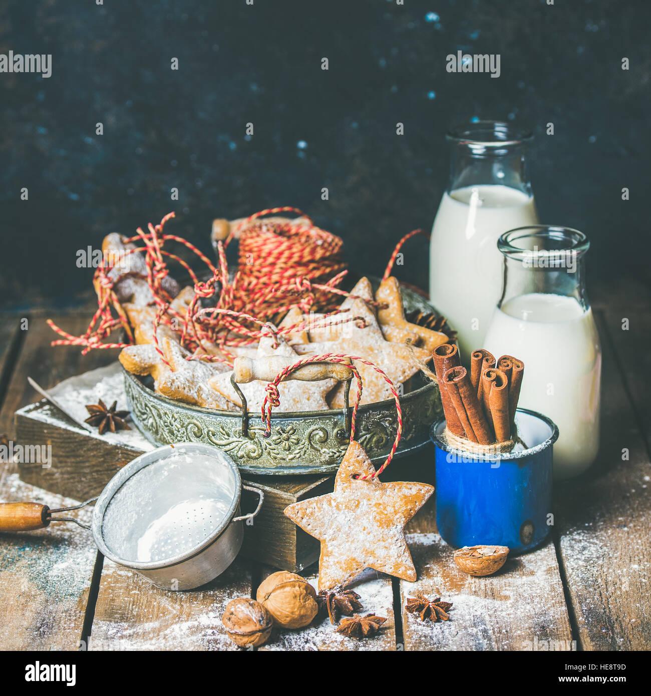 Fiestas Navideñas galletas de jengibre en bandeja vintage, leche en botellas Imagen De Stock