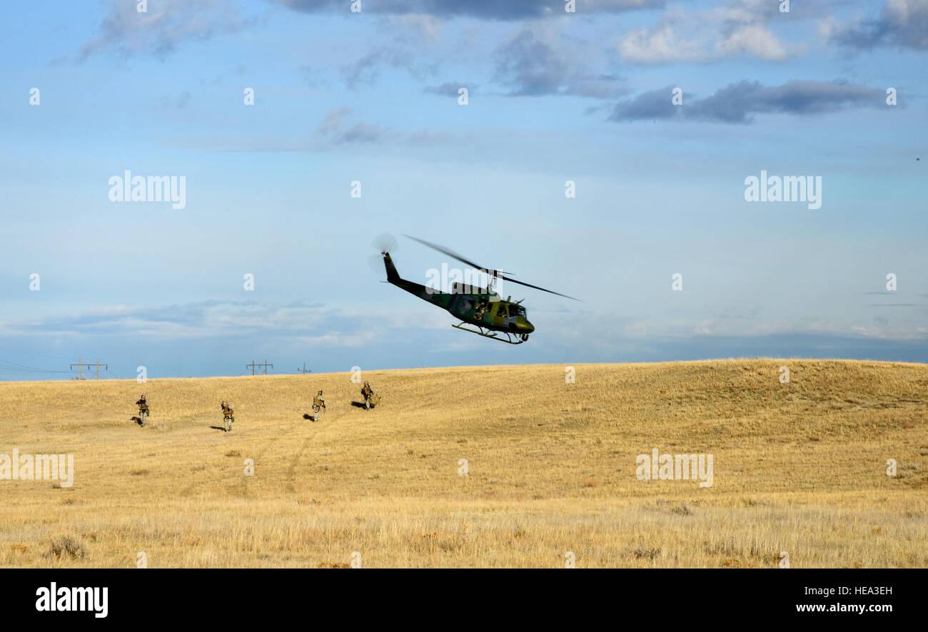 La tripulación de la 40ª escuadrón de helicópteros cae de los miembros de la 341ª Escuadrilla de Apoyo a las fuerzas de seguridad de trabajo del equipo de respuesta táctica durante un simulacro de una instalación de lanzamiento recaptura como parte del ejercicio de entrenamiento Rampart Grizzly El 18 de marzo cerca de Almstrom Air Force Base. El ejercicio fue aplicado para evaluar la idoneidad de la 341ª Ala de misiles y asegurar el primer respondedor aviadores conozca y siga las normas establecidas en el lugar de los acontecimientos del mundo real. Aerotécnico de Primera Clase Collin Schmidt) Foto de stock