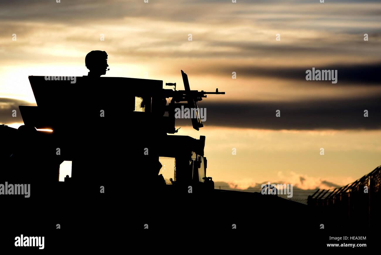 Un miembro de las Fuerzas de Seguridad 341 guardias del grupo centro de lanzamiento de un misil durante un LF recapturar la simulación como parte de la Grizzly Rampart ejercicio de entrenamiento el 18 de marzo cerca de Almstrom Air Force Base. El ejercicio fue aplicado para evaluar la idoneidad de la 341ª Ala de misiles y asegurar el primer respondedor aviadores conozca y siga las normas establecidas en el lugar de los acontecimientos del mundo real. Aerotécnico de Primera Clase Collin Schmidt) Foto de stock