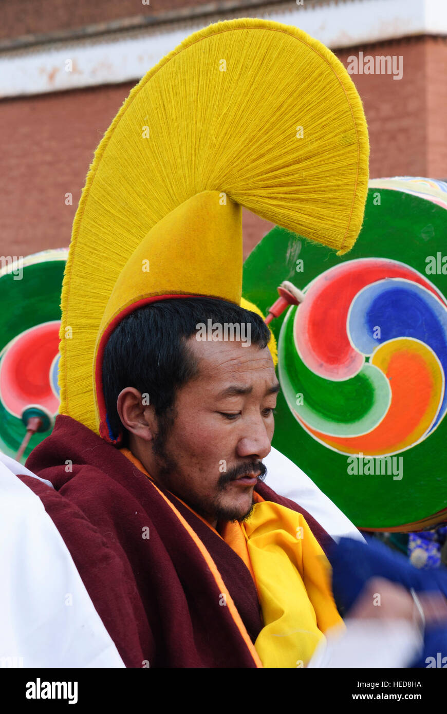 Xiahe sombrero amarillo: monje tibetano, monasterio de Labrang en el Festival Monlam,; cham (danza); Excile masquerade Imagen De Stock