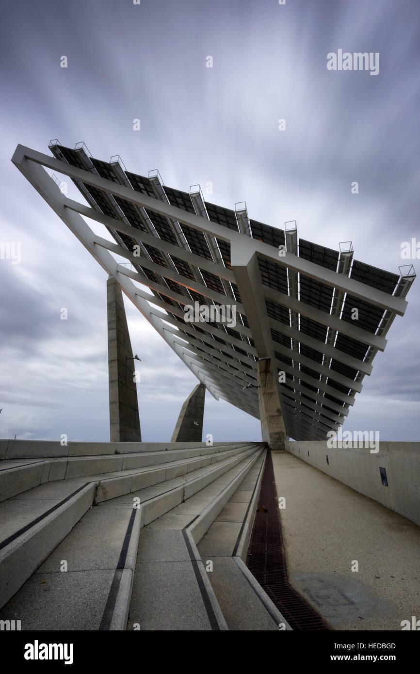 Matriz de grandes paneles solares en Port Forum, Barcelona, España Imagen De Stock