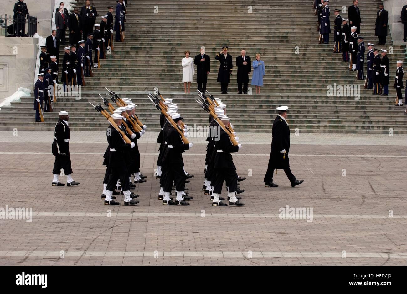 La Marina de los EE.UU. Guardia de Honor Ceremonial pasa en la revisión durante la segunda ceremonia de inauguración Foto de stock