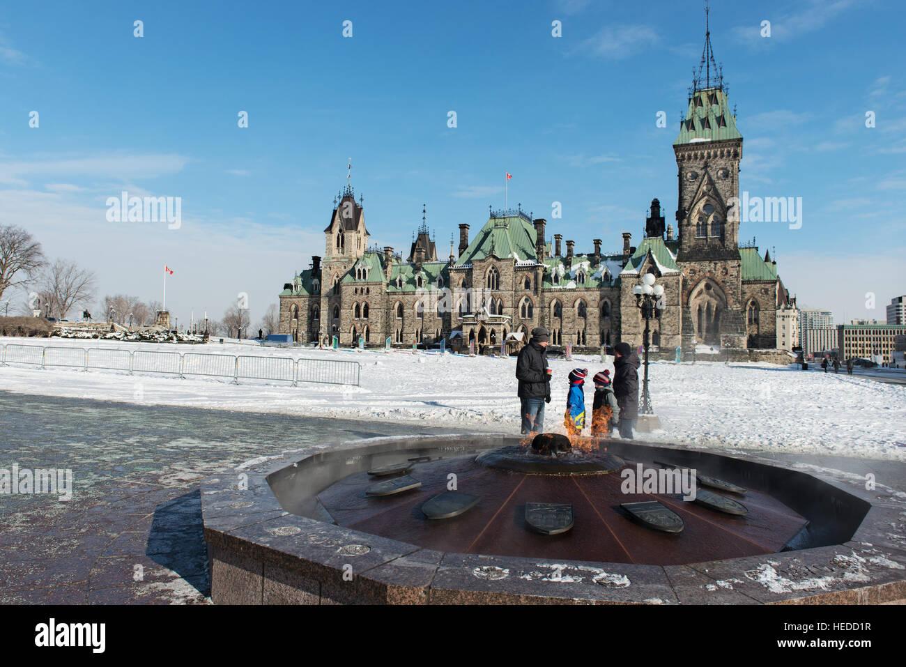 Centennial Flame delante de Oriente Bloack - Parliament Hill en Ottawa Imagen De Stock
