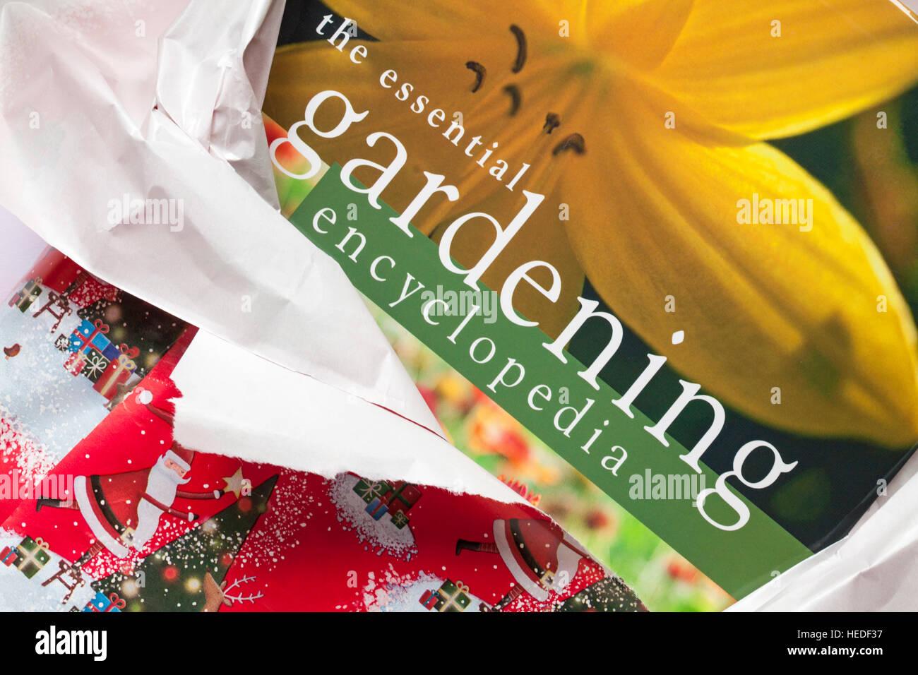 Desenvolver jardín regalo de Navidad - La enciclopedia de jardinería esencial libro Imagen De Stock